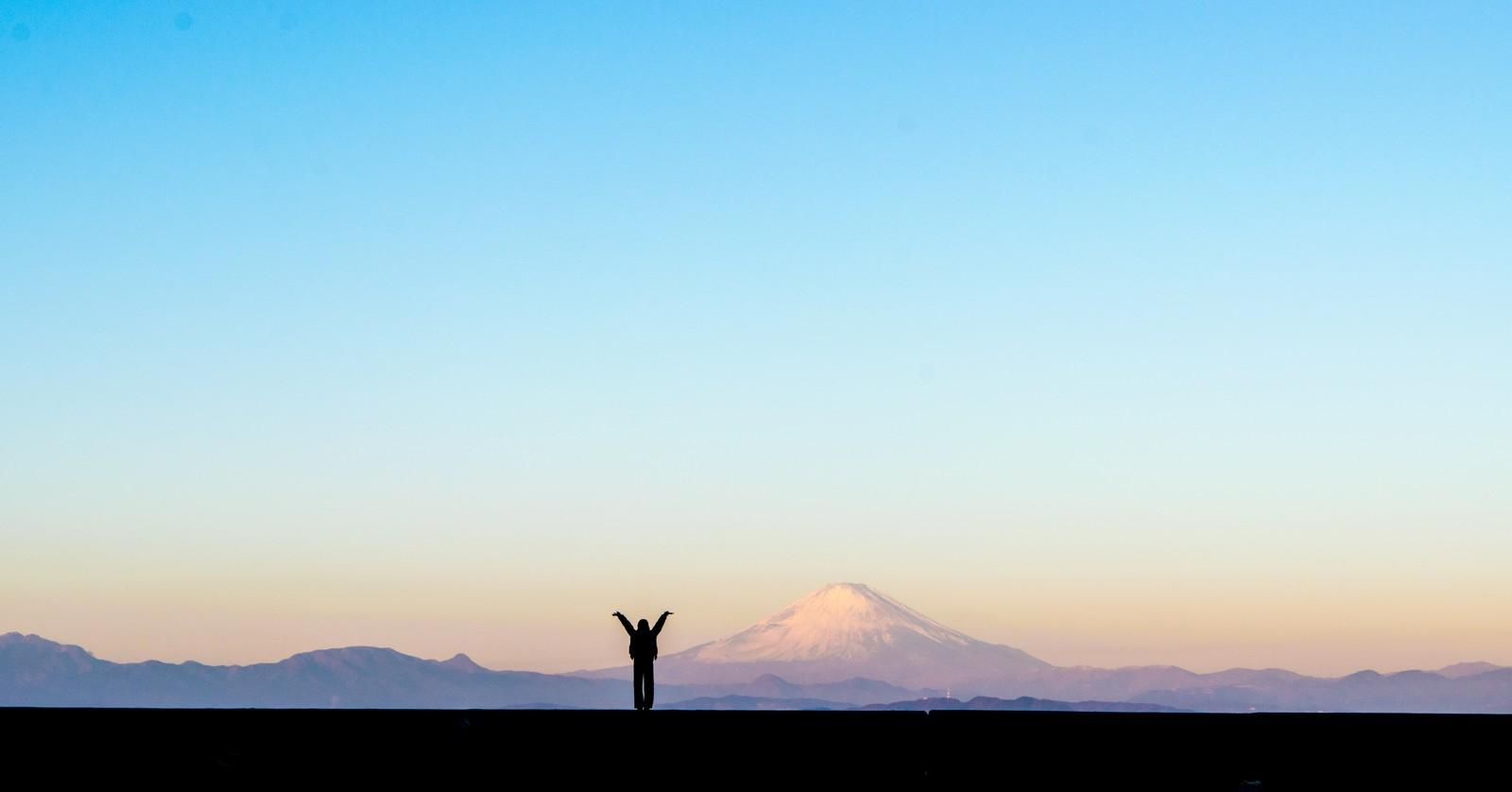 富士山をバックに万歳!ポイントもマイルもがっつり貯まったから、今度旅行へ行くんだ!