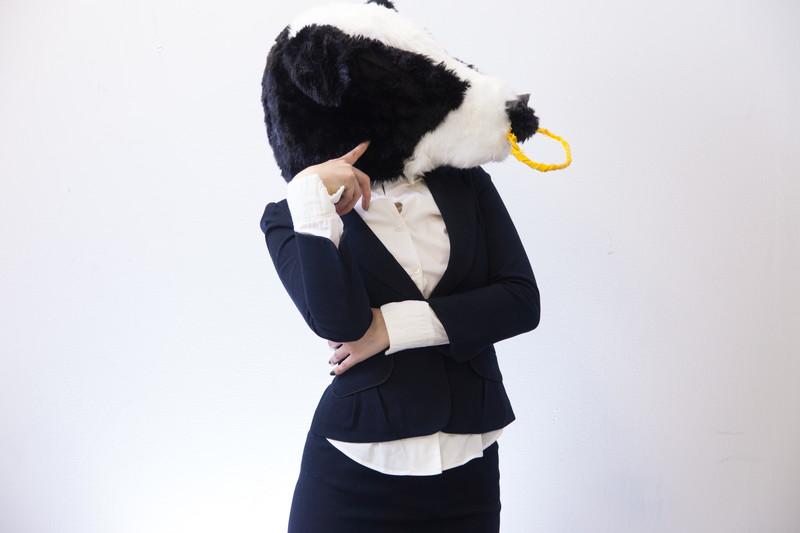 悩む牛ガール