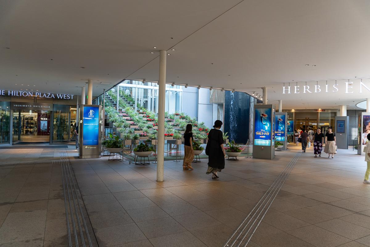 ヒルトンプラザ・ウェストとハービスエントの地下1階入り口。