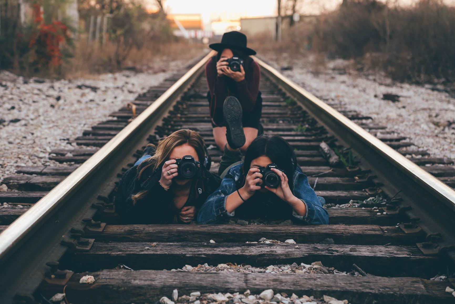 レールの上でカメラを構える3人の女性