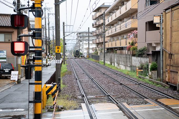 一乗寺駅に近づくひえい。前面の独特なフォルムに注目。