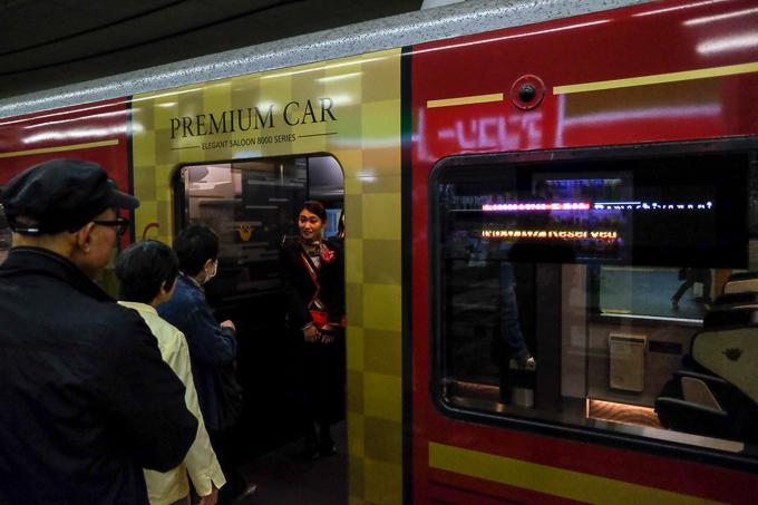 京阪特急プレミアムカー乗車口。専任アテンダントによるお出迎えがある。