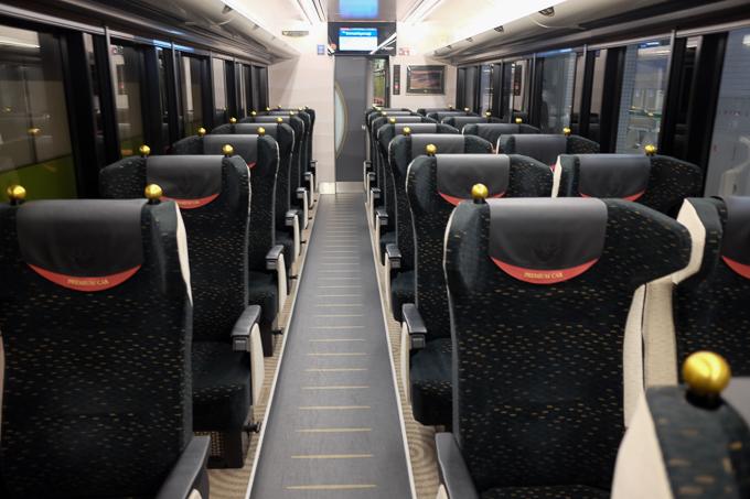 京阪特急プレミアムカーの車内。黒色の高級感あるシートが並ぶプレミアムな空間。