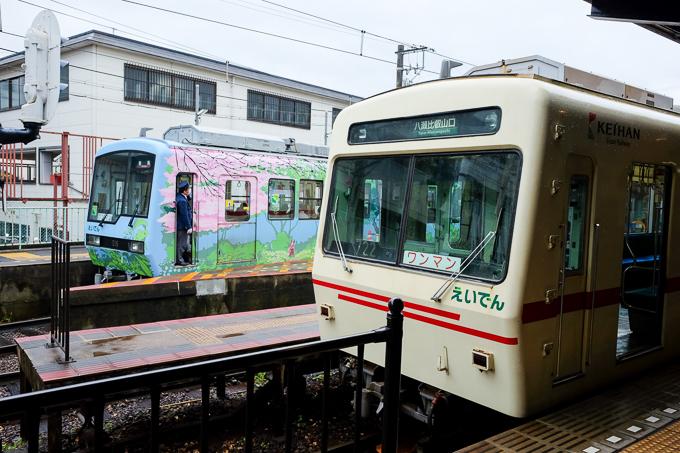 出町柳駅に停車する叡山電車の車両。基本的にワンマン運転。