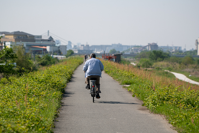 猪名川土手。自転車で行く人、ランニングをする人、さまざまな人が行きかいます。車は通りません。