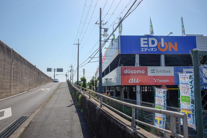 エディオン横のスロープのような道。上へあがると猪名川に当たる。
