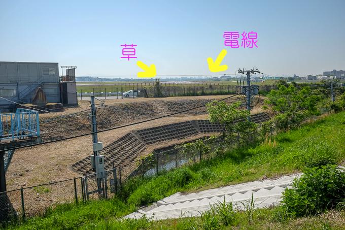 猪名川土手から見た大阪伊丹空港滑走路。電線が微妙に邪魔。草ももう少し丁寧に刈り取っていただければ...