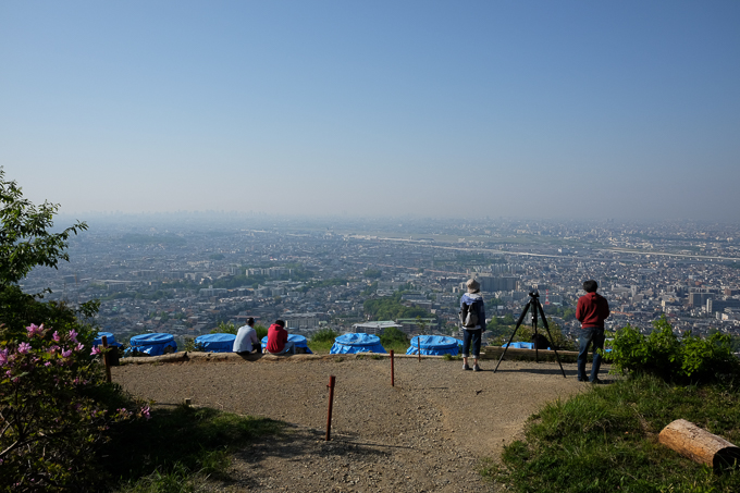 開けたスペースから大阪平野が一望できる、五月平展望台(下)。ブルーシートに覆われているのは大文字焼で使用する。