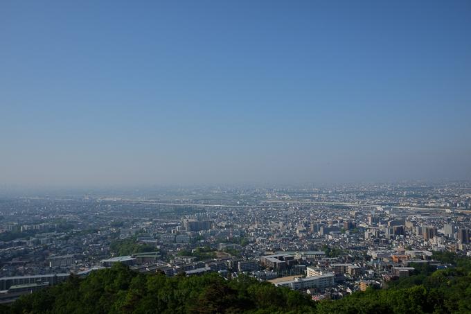 五月平展望台(下)からの眺め。大阪平野を一望。画面真ん中あたりに大阪伊丹空港があるが、写真にするとわかりにくい。