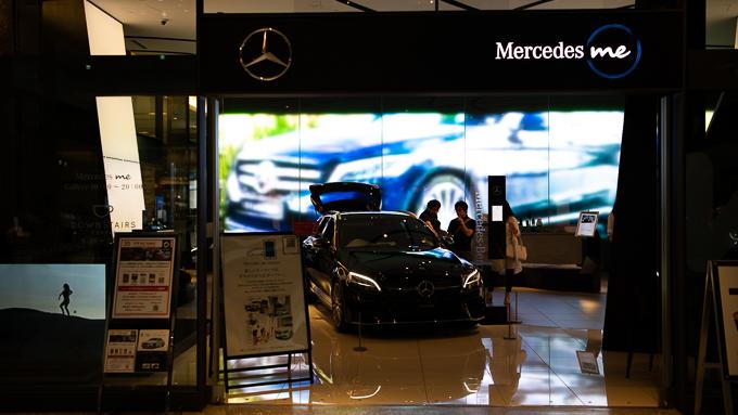 Mercedes me大阪店舗。店舗内にCクラスが展示されている。展示車は定期的に入れ替わっており、そのときに最も旬な車を見ることが出来る。