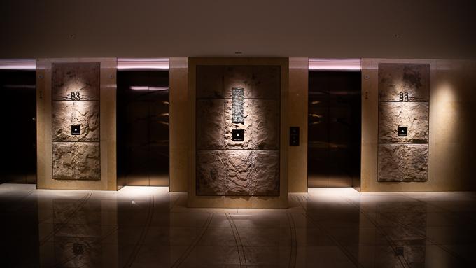 グランフロント大阪北館地下にある駐車場前のエレベーターホール。おしゃれ。