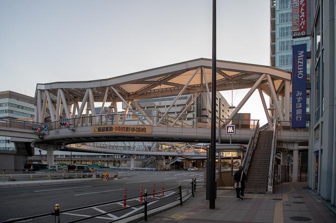 天王寺駅、あべのハルカス、Q'sモールなどを結ぶ歩道橋。上から見るとα型をしているらしい。