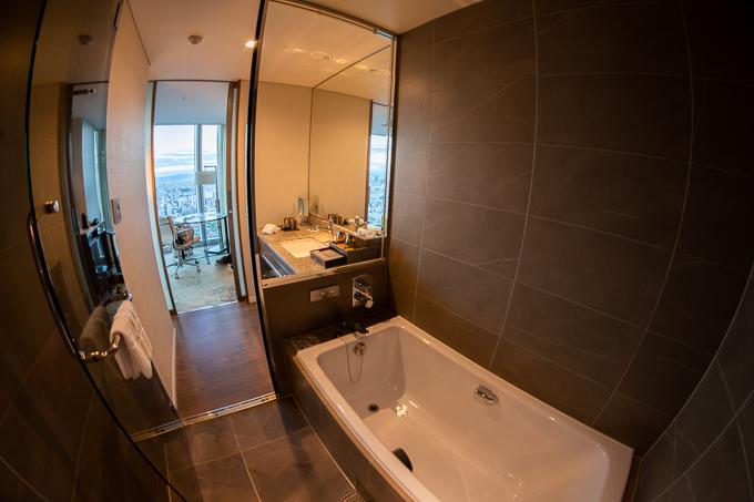 大阪マリオット都ホテルのスーペリアルーム、バスルーム