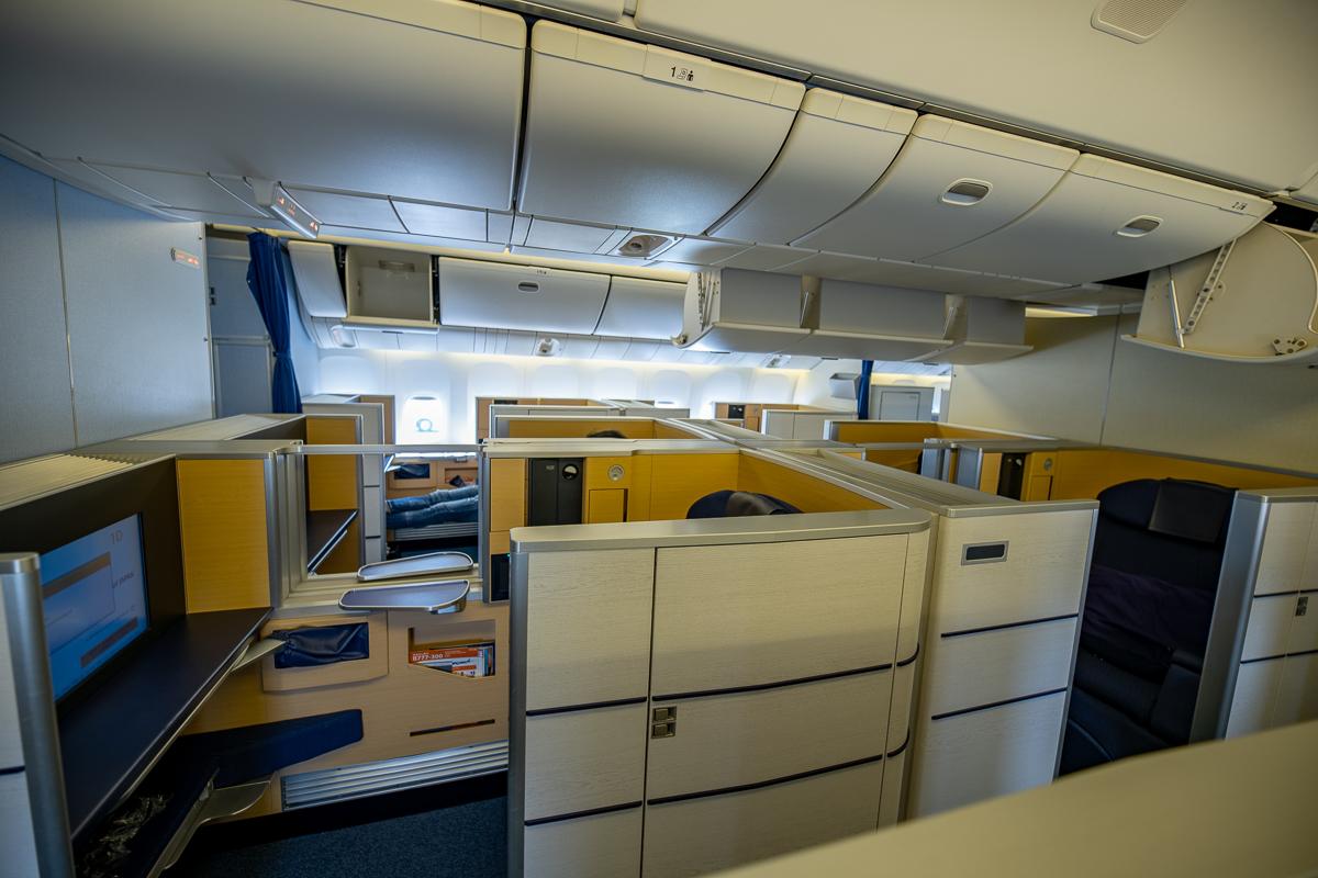 ANAファーストクラス座席全景。個室タイプの座席が8席ある。