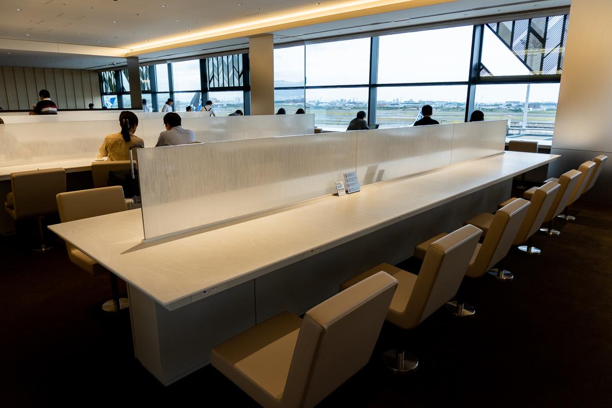 ANA LOUNGEの内部。ビジネスエリアと滑走路ビューの席。