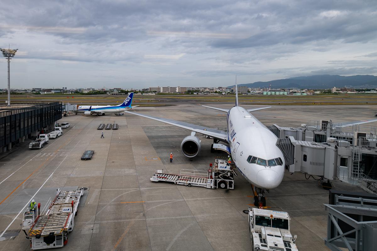 ANA LOUNGEからの眺め。駐機中の飛行機や滑走路を離着陸する飛行機を一望できる。