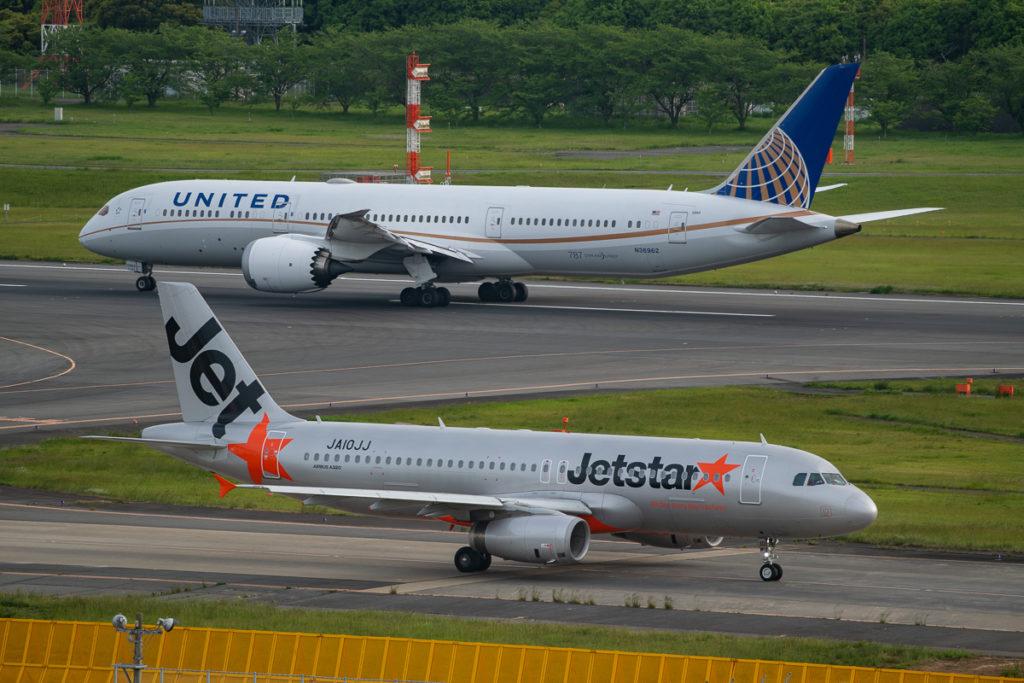 マロウドインターナショナル成田から撮影した成田空港A滑走路をタキシングするJetstar機と離陸するユナイテッド航空機。