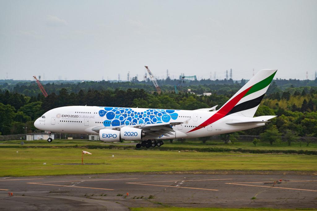 着陸するエミレーツ航空A380型機。ドバイエキスポ2020の特別塗装機。