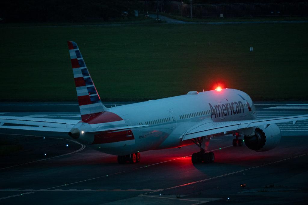 成田空港から離陸するアメリカン航空B787型機。