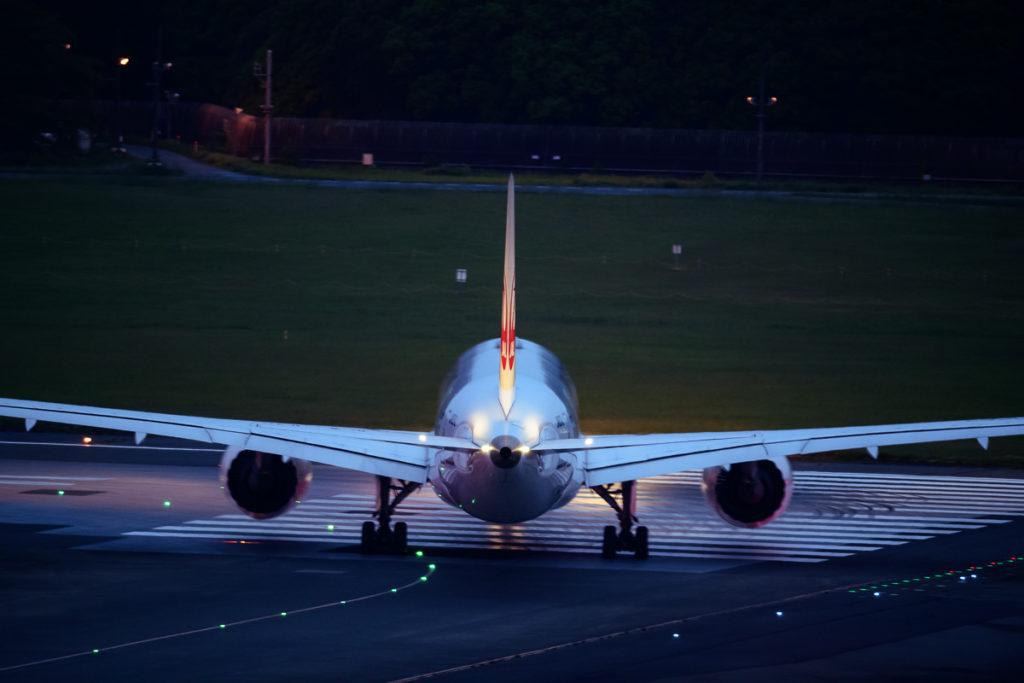 成田空港A滑走路に進入するJALB787型機。