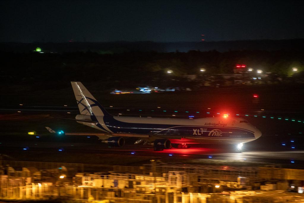 成田空港をタキシング中のB787-8型機。
