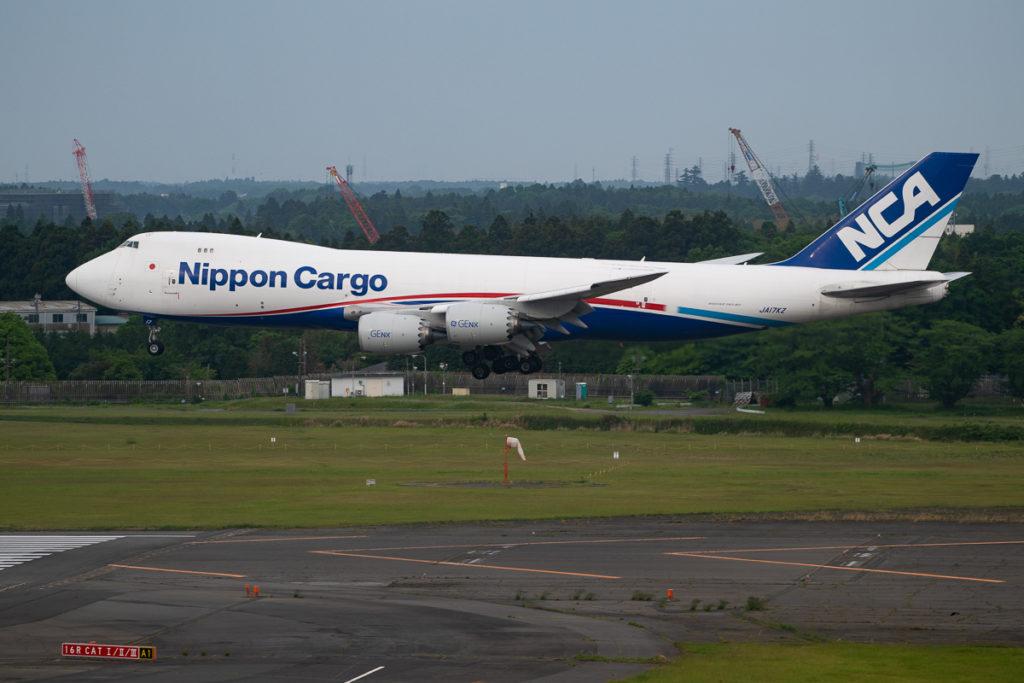 成田空港A滑走路に着陸するNippon Cargo B47-8型機。