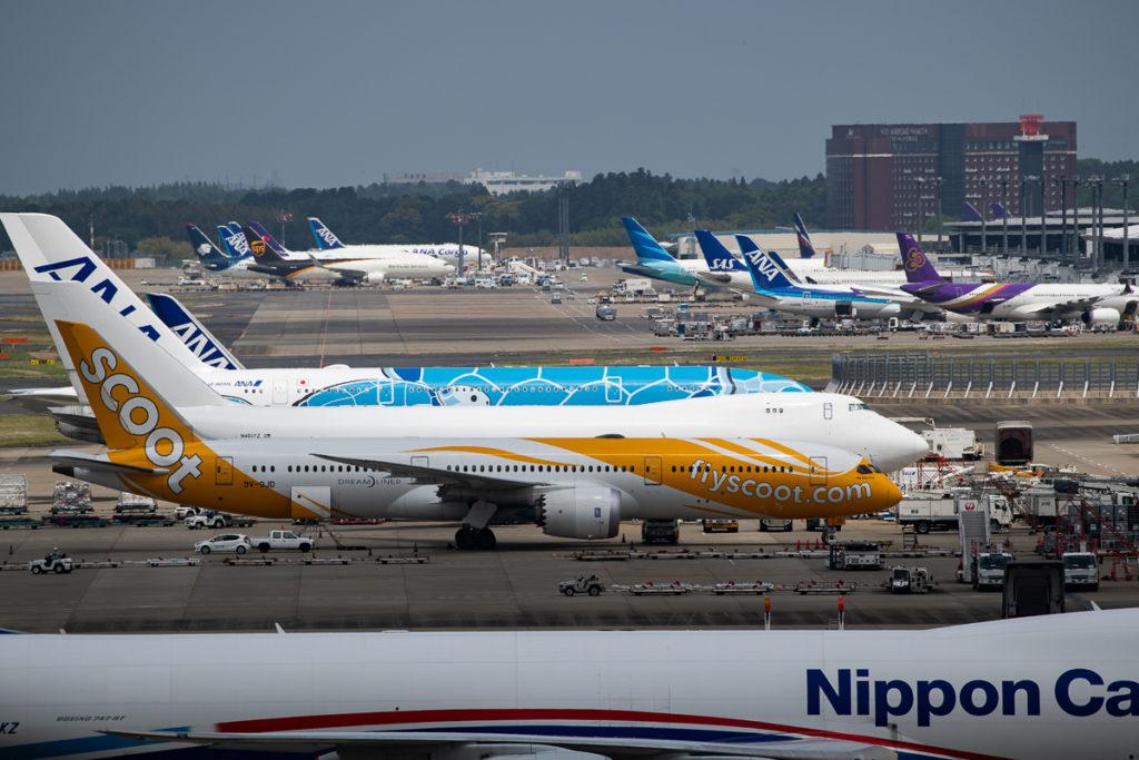 マロウドインターナショナル成田遠景。えんじ色の建物がホテル。空港にほど近い位置に立つ。